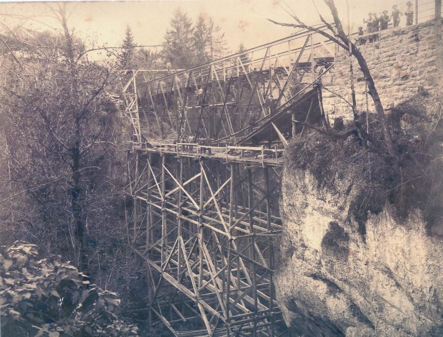 Die Fluhbrücke wurde 1889 von Johann Bertolini erbaut